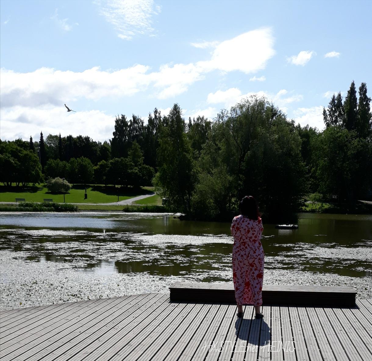 MUOTI&TYYLI. HXSTYLE.net HEINIS. KESÄ PÄIVÄ Puistossa, Kahvilla&Kaupungilla…       MUOTI MAAILMAN TREND.             PÄIVÄN ASU: MAXIMEKKO, paita ja Asusteet. Nahkatakki &Tuubihuivi. 15.8.2018 Suosikit, Valokuvat&Elämäntapa.